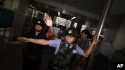 5月4号,中国安全人员不让记者进入盲人维权人士陈光诚所住的医院