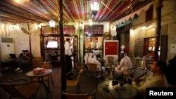 카타르 도하의 한 카페에서 사람들이 술과 음료를 즐기고 있다. (자료사진)