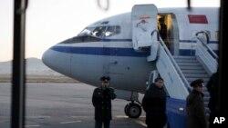 지난 2011년 12월 평양 순안공항에 착륙한 중국 에어차이나 소속 여객기에서 승객을 내릴 준비를 하고 있다.