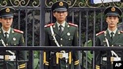 베이징 주재 일본 대사관을 경비하는 중국 공안