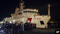 Kapal penjaga pantai Italia Bruno Gregoretti, mengangkut migrant yang selamat dari musibah kapal tenggelam di lepas pantai perairan Libya, Sabtu, 20 April 2015 (Foto: dok).