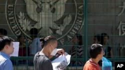 北京驻北京使馆前排队等候申请赴美签证的人。(2018年7月26日)