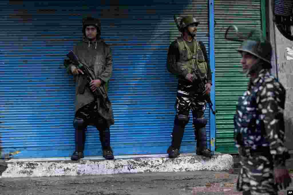نیروهای نظامی امنیتی هند در سریناگار، کشمیر. تنش بین هند و پاکستان بر سر کشمیر بالاست.