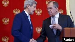 Ngoại trưởng Mỹ John Kerry (trái) và Ngoại trưởng Nga Sergei Lavrov bắt tay nhau trong phiên họp chung tại điện Kremlin ở Moscow, ngày 15/12/2015.