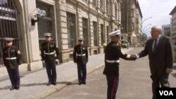 El embajador de Estados Unidos para Alemania, John Kornblum, saluda a un guardia de la Marina a su llegada a Berlín.