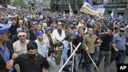 反对派支持者5月25日在格鲁吉亚首都第比利斯市中心举行集会时