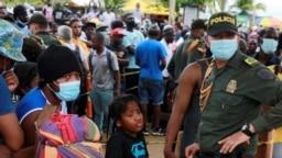 Migrantes se reúnen mientras esperan cruzar a Panamá para continuar su viaje hacia EE. UU., en Necoclí, Colombia, el 9 de septiembre de 2021. [Reuters]