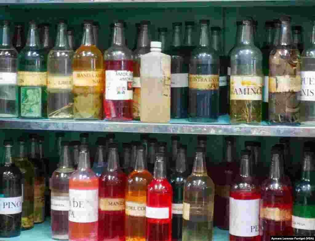 En las tiendas de espiritismo en Venezuela existen pociones usadas para limpiar la casa y el cuerpo de supuestos embrujos.