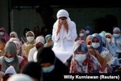 Umat Islam saat salat di Masjid Agung Al Azhar saat Idul Fitri menandai akhir bulan suci Ramadhan, di tengah pandemi COVID-19 di Jakarta, 13 Mei 2021. (Foto: REUTERS/Willy Kurniawan)