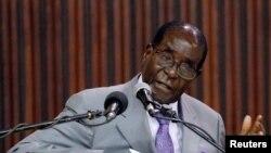 Le président du Zimbabwe Robert Mugabe donne un discours dans la capitale du pays, Harare, le 9 septembre 2016.