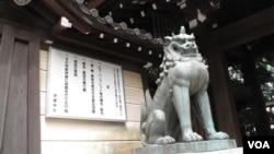 东京靖国神社一处入口 (美国之音王南拍摄)