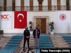VOA Türkçe ekibinden Yıldız Yazıcıoğlu ve Murat Karabulut.