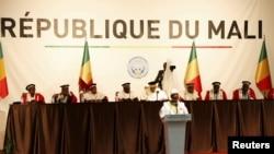 L'interpellation du maire de Bamako survient alors que le pouvoir fait face aux accusations d'impuissance devant la dégradation de la sécurité et des conditions de vie dans un pays en guerre, éprouvé par les violences jihadistes et intercommunautaires et la pauvreté.