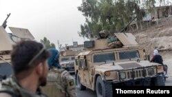 아프간군이 13일 칸다하르에서 무장반군 탈레반에게 포위당한 경찰 구조작업을 진행했다.