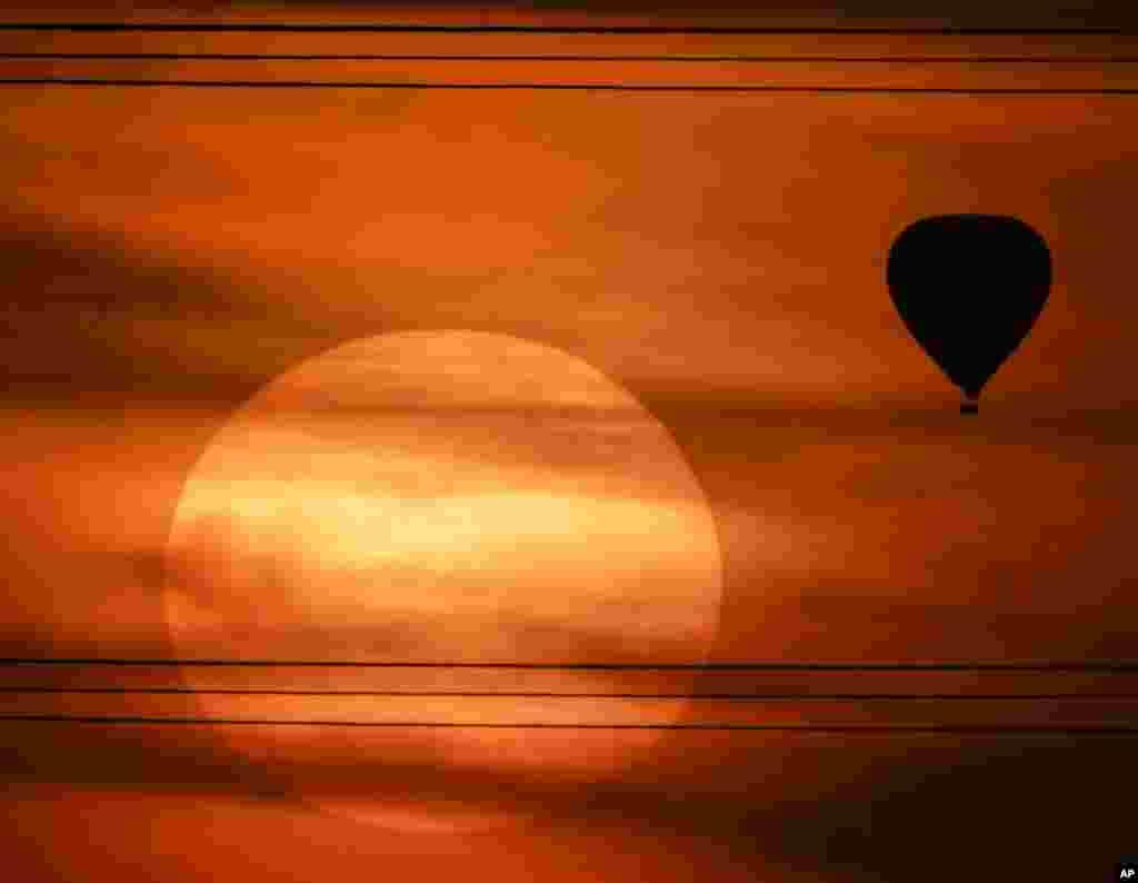 Silhueta de balão no pôr do sol em Phoenix, no Arizona
