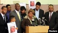 Bà Samaria Rice, mẹ của Tamir Rice, cậu bé 12 tuổi bị cảnh sát Cleveland bắn, phát biểu trong một buổi họp báo ở nhà thờ Olivet, Cleveland, Ohio, ngày 8 tháng 12 năm 2014.