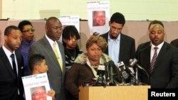 Samaria Rice, la mère de Tamir Rice, le garçon de 12 ans qui a été mortellement abattu par la police en 2014 alors qu'il portait un pistolet jouet, prend la parole lors d'une conférence de presse à Cleveland, Ohio en décembre 8, 2014. REUTERS / Aaron Josefczyk