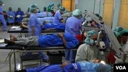 Sekelompok dokter melangsung operasi katarak massal di Tangerang, Banten (foto: dok). Mahalnya biaya kuliah kedokteran membuat pendidikan kedokteran hanya terjangkau kalangan tertentu.