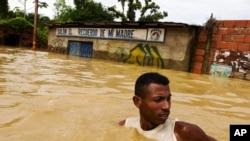 Poplave u Venecueli ovog mjeseca ugrozile su živote najmanje 21 osobe te uzrokovale bijeg tisuća ljudi