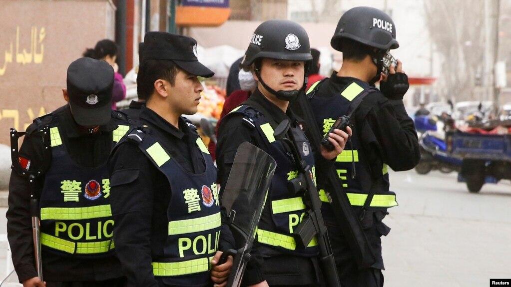 武警在新疆维吾尔自治区喀什市的街道上巡逻。