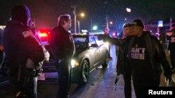 Seorang pemrotes berteriak saat berhadapan dengan polisi di Berkeley, Missouri (24/12).