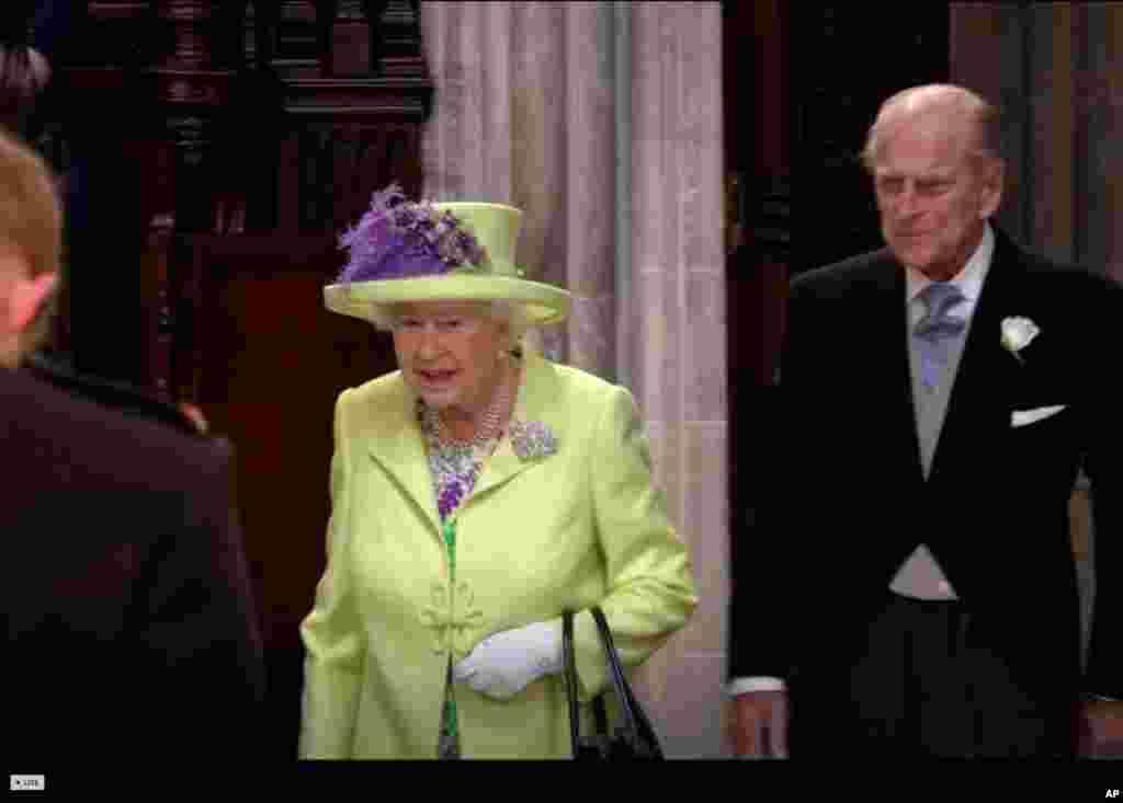 La reina Isabel II, presente en la boda del príncipe Enrique a quien concedió el título de duque de Sussex, previo a contraer matrimonio con la estadounidense Meghan Markle.