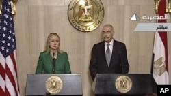 اعلام برقراری آتش بس توسط وزیر امور خارجه مصر (راست) با همراهی وزیر امور خارجه آمریکا