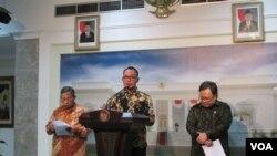 Menaker Hanif Dakiri menjelaskan Paket Kebijakan Ekonomi Jilid 4 soal upah buruh di kantor Presiden, Kamis 15 Oktober 2015. (VOA/Andylala)