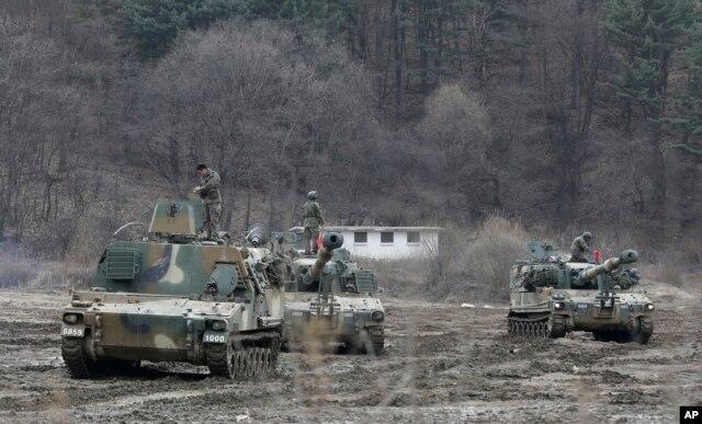 Binh sĩ Hàn Quốc trên pháo tự hành K-55 trong cuộc tập trận ở Paju, ngày 7/3/2016.