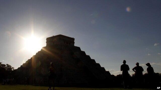 Pirámide Kukulcán, en Chichen Itzá, en México, donde el sol ha vuelto a salir este día... como en todo el mundo.