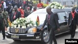 .Chiếc xe tang đưa thi hài cố tổng thống John Atta Mill đến trụ sở quốc hội ở Accra, Ghana