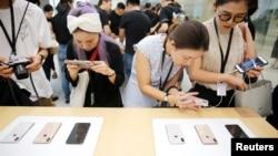 2018年9月21日,上海的蘋果公司辦公室對媒體展示新產品,大眾體驗新的Apple iPhone XS和iPhone XS Max。