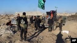Pasukan keamanan Irak memasuki wilayah Huz di pusat kota Ramadi yang hancur, 115 kilometer sebelah barat Baghdad, Irak, 26 Desember 2015.