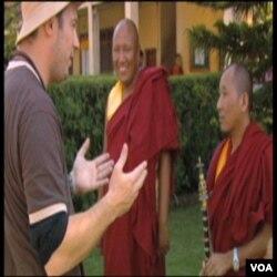 Mark Johnson sa budističkim svećenicima