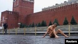Художник Павленскй. Перфоманс на Красной площади. Москва, ноябрь 2013.