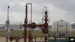 Natural gas is pumped from the ground of the Beaumont Municipal Airport in Beaumont, Texas, November 2010. (file photo)