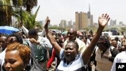 Nhân viên y tế công cộng tham gia vào một cuộc đình công tiến vào Trụ sở Bộ Y tế ở thủ đô Nairobi, Kenya, ngày 9/3/2012
