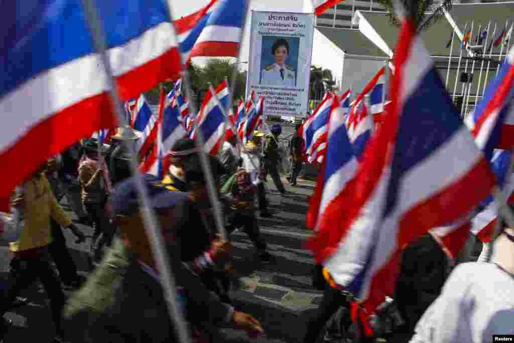 지난 24일 잉락 총리 퇴진을 요구하는 반정부 시위대가 방콕 시내에서 거리 행진을 벌이고 있다.
