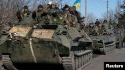 Soldados ucranianos salen del cruce ferroviario de Debaltseve, en el este de Ucrania.
