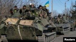 Украинские военнослужащие на бронемашинах покидают район Дебальцево. Населенный пункт Артемовск, Украина. 18 февраля 2015 г.