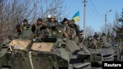 Binh sĩ Ukraine rời khỏi khu vực quanh thị trấn Debaltseve, miền đông Ukraine, ngày 18/2/2015.
