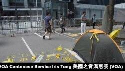 有示威者在政府總部公民廣場外以黃色膠鴨等物品砌出928,雨傘運動一周年的日子