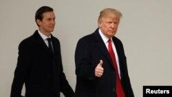 Presiden AS Donald Trump (kanan) bersama Jared Kushner, pembantu senior Gedung Putih yang juga suami putrinya, Ivanka Trump, di Washington DC (15/3).