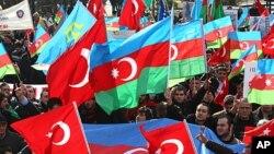 Anqarada namoyishga chiqqan odamlar Turkiya va Ozarbayjon bayroqlarini ko'tarib Tog'li Qorabog'da halok bo'lgan ozarbayjonliklarni xotirlamoqda.