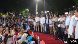 Capres Prabowo Subianto Rabu malam (17/4) mengklaim telah memenangkan pemilu dengan meraih 62% suara berdasarkan real count internal BPN. Ia langsung sujud syukur di hadapan ratusan pendukung dan wartawan. (VOA/Ghita)
