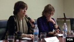 美國國際婦女參政組織會長梅芳堯(左) (美國之音蕭洵)
