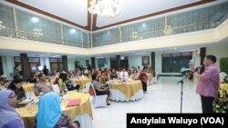Kapolri Jenderal Tito Karnavian Bertemu Aktivis Perempuan di rumah dinasnya, Senin malam, 23 Oktober 2017. (Andylala/VOA)