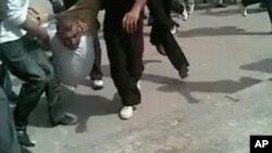 傷者被其他抗議者救出。