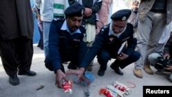 Polisi Pakistan memperlihatkan kepada media bahan peledak yang berhasil dijinakkan di dekat kediaman mantan presiden Pakistan Pervez Musharraf di pinggiran Islamabad (30/12).