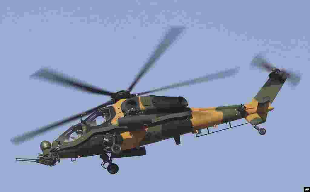 ترکی کی ایرو اسپیس انڈسٹریز کا تیار کردہ ہیلی کاپٹر اے ٹی-129 بھی ایئر شو کا حصہ تھا